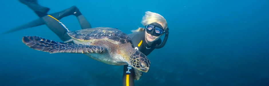 scuba diver girls Stephanie with sea turtle